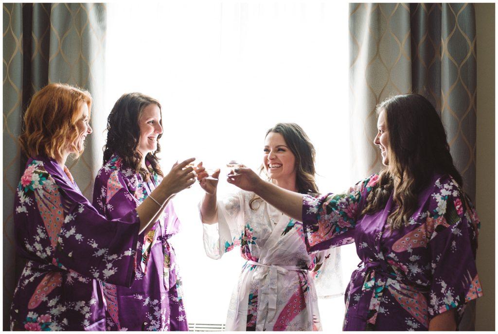"""Préparation de la mariée le jour de son mariage à l'hôtel Impéria à Terrebonne - La mariée célèbre son mariage avec ses demoiselles d""""honneur"""