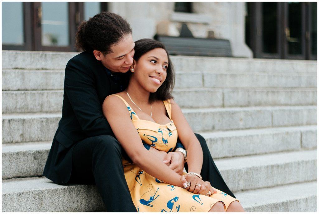 K portait une robe jaune avec des chats pour ses photos de fiançaille alors que C lui portait un toxedo noirs. Photo de couple dans les marches du chalet du Mont-Royal.