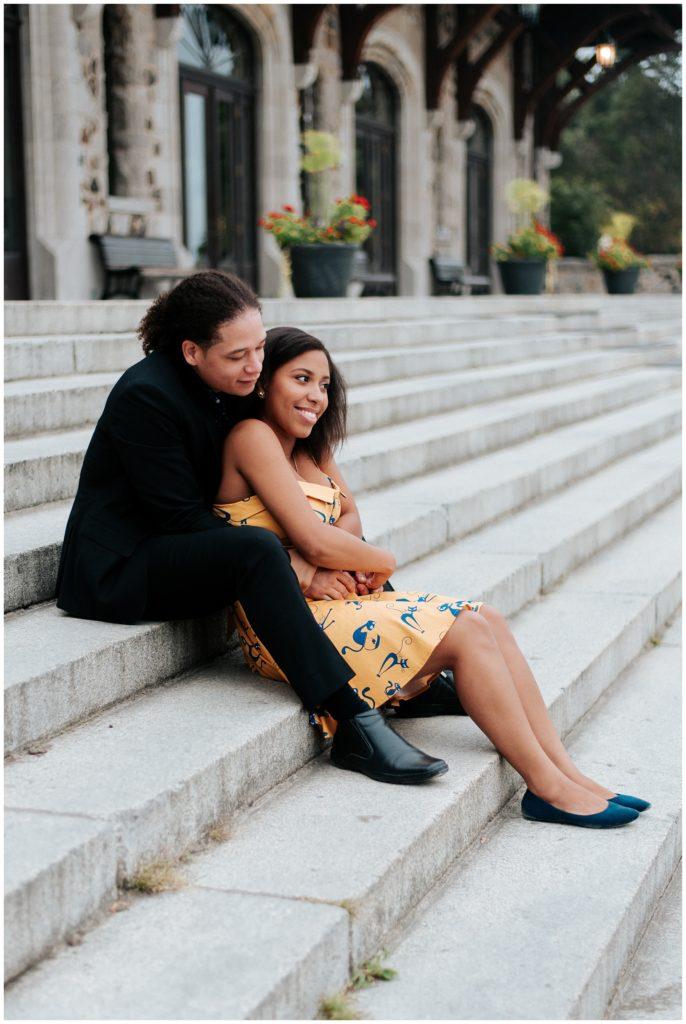 K portait une robe jaune avec des chats pour ses photos de fiançailles alors que C lui portait un toxedo noirs. Photo de couple dans les marches du chalet du Mont-Royal.