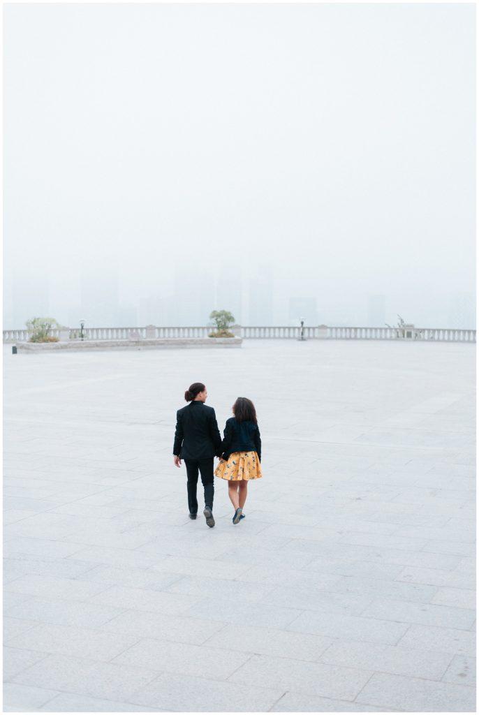 Photos de fiançailles sur le belvédère du Mont-Royal à Montréal au lever du soleil.
