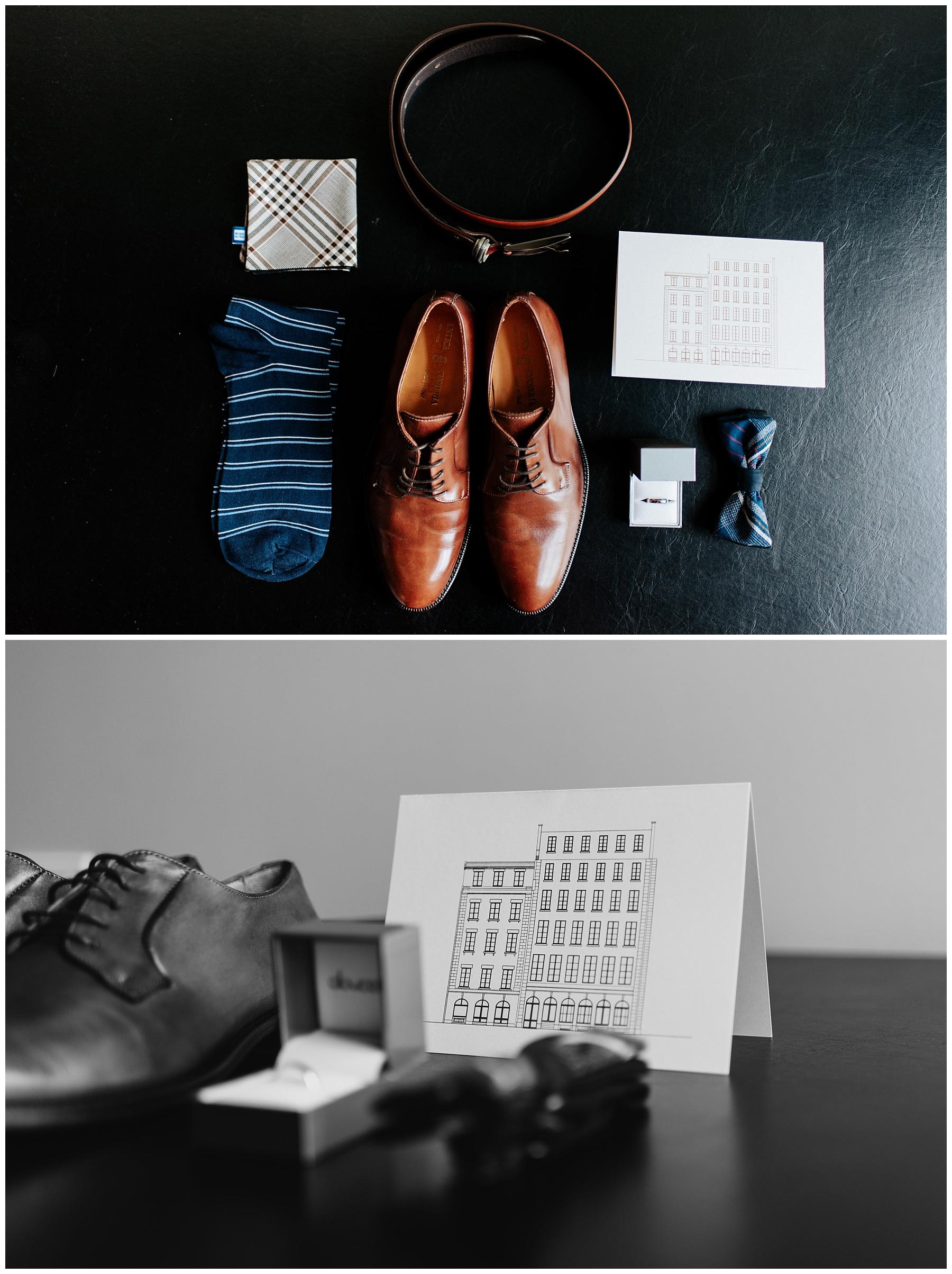 Photos des accessoires du mariés avant sa préparation. On y voit des souliers, un noeud papillon, une ceinture, sa bague, ses chaussettes et son mouchoir.
