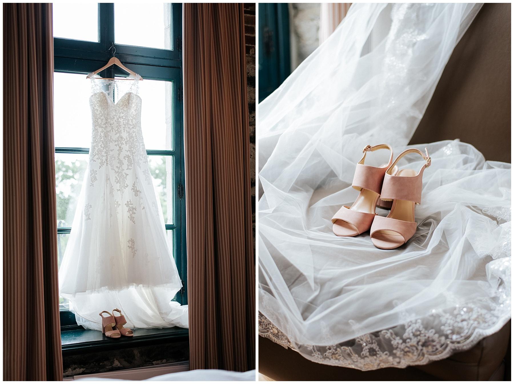 La robe de la mariée est accroché sur le cadre de la fenêtre et ses souliers robe bébé sont déposée sur une rebord de la fenêtre avec son voile.