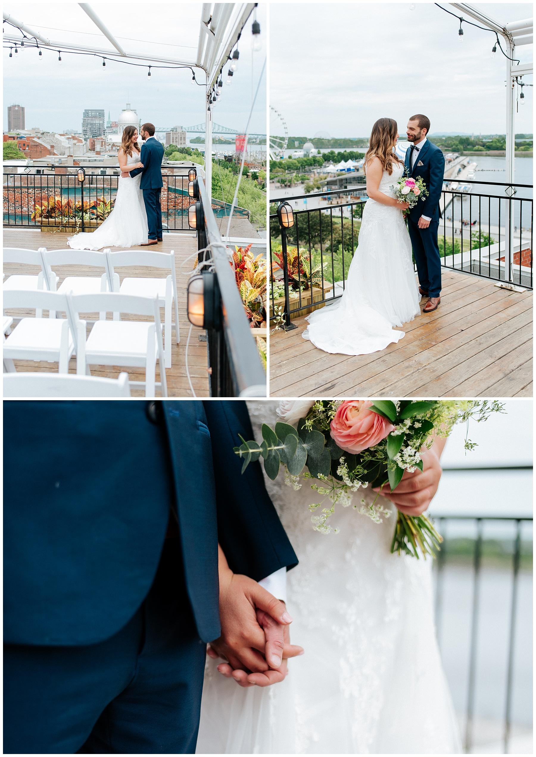 Le couple est heureux et exciter pour leur mariage. Il se tiennent la main en se regardant dans les yeux alors que l'on voit les monuments iconique de la ville de Montréal en arrière plan.