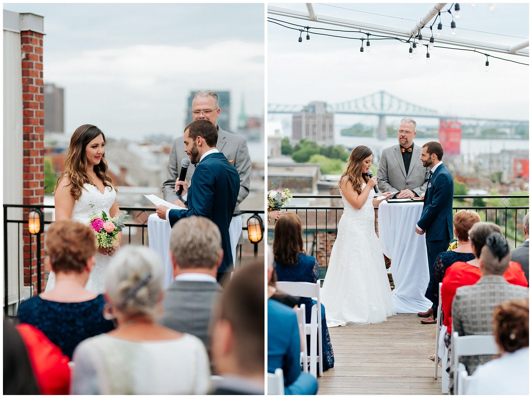 Les nouveaux mariés se lisent leurs voeux de mariage devant leurs invités lors de la cérémonie de mariage sur le toit de l'Auberge du Vieux-Port.