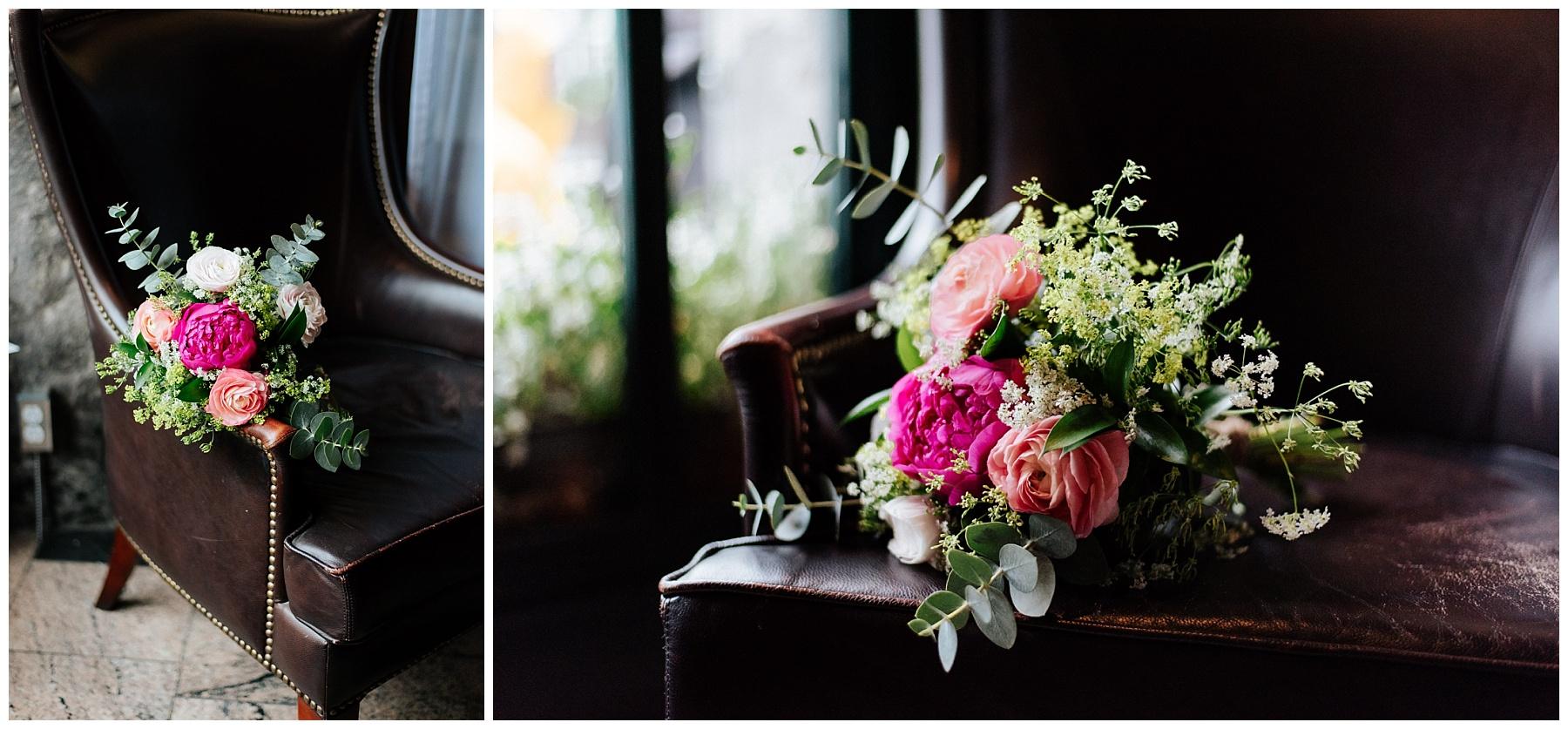 Le bouquet de fleur de la mariée est déposé sur un fauteuil de cuir et il resplendit de plein feux.