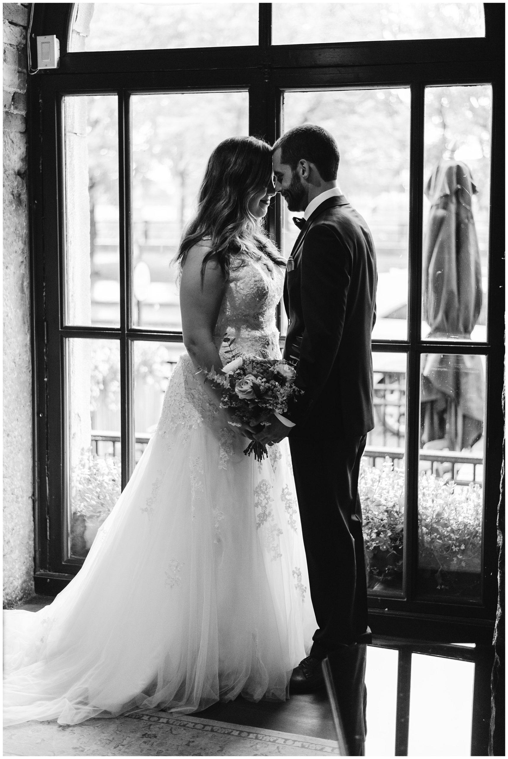 Les deux nouvellement mariés posent devant la vitrine de l'Auberge du Vieux-Port.