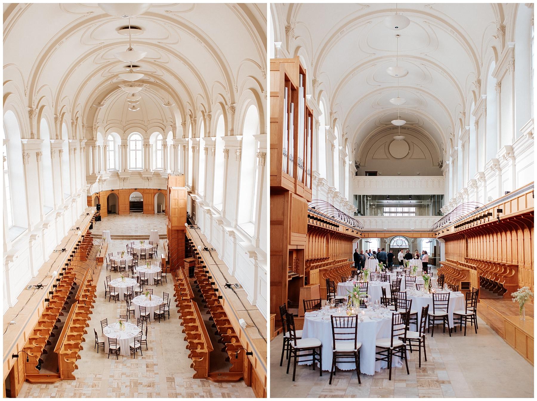 Salle de réception de l'abbaye d'Oka à Oka avec ses immenses fenêtres qui illumine l'immense espace. Des tables et des chaises ont été installées pour l'occasion.