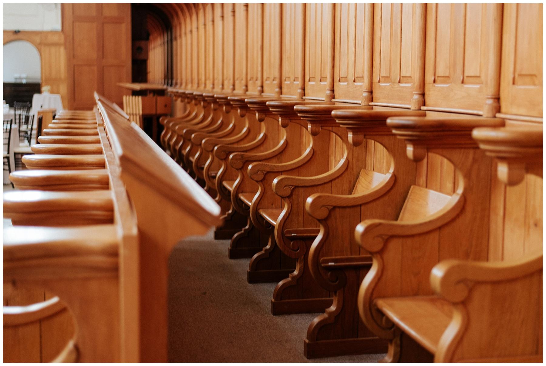 Les bancs en bois francs de l'église d'origine sont encore présent à l'intérieur de la salle de réception.