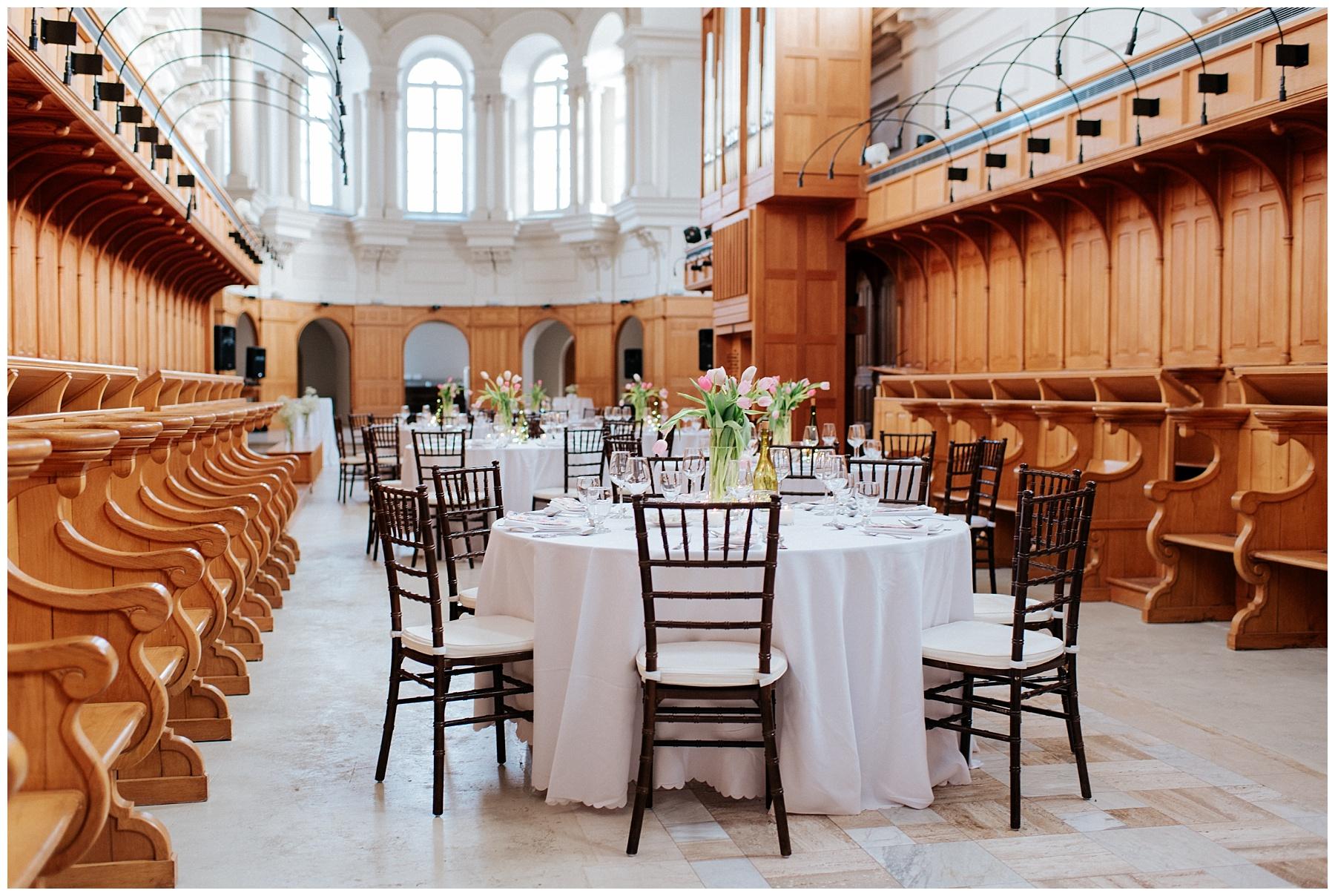 La salle de réception est prête à accueillir les invités. L'abbaye d'Oka accueil de nombreux mariages au courant de l'année autant en hiver qu'en été.