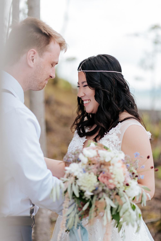 Deux mariés se sont heureux après leurs mariage intime elopement à Thetford Mines dans la région de Chaudière-Appalaches