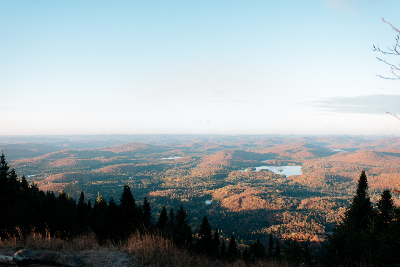 Photo des montagnes des Laurentides lors du lever du soleil.