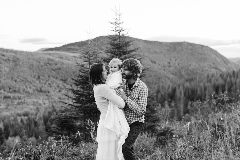 Photo de famille avec les deux mariés et leur fille de 4 ans après leur elopement en Gaspésie.