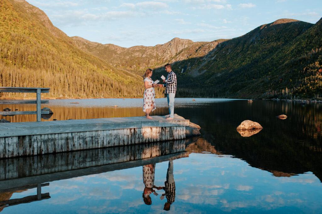 Couple lisent leurs voeux de mariage sur le bord d'un lac en Gaspésie
