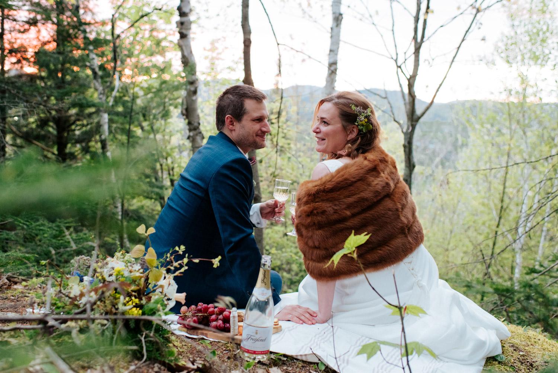 Couple célèbrent leur elopement avec un piquenique au sommet d'une montagne dans les Laurentides