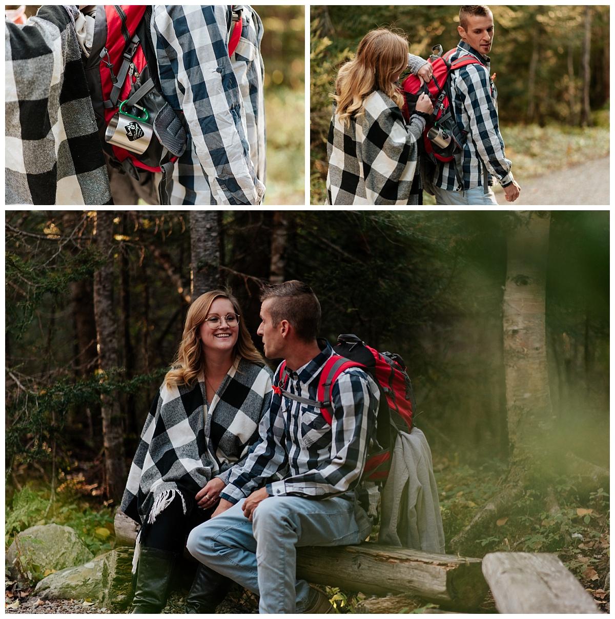 Couple font une randonnée pour se rendre à leur lieu d'elopement en plein cœur du parc national de la Gaspésie.