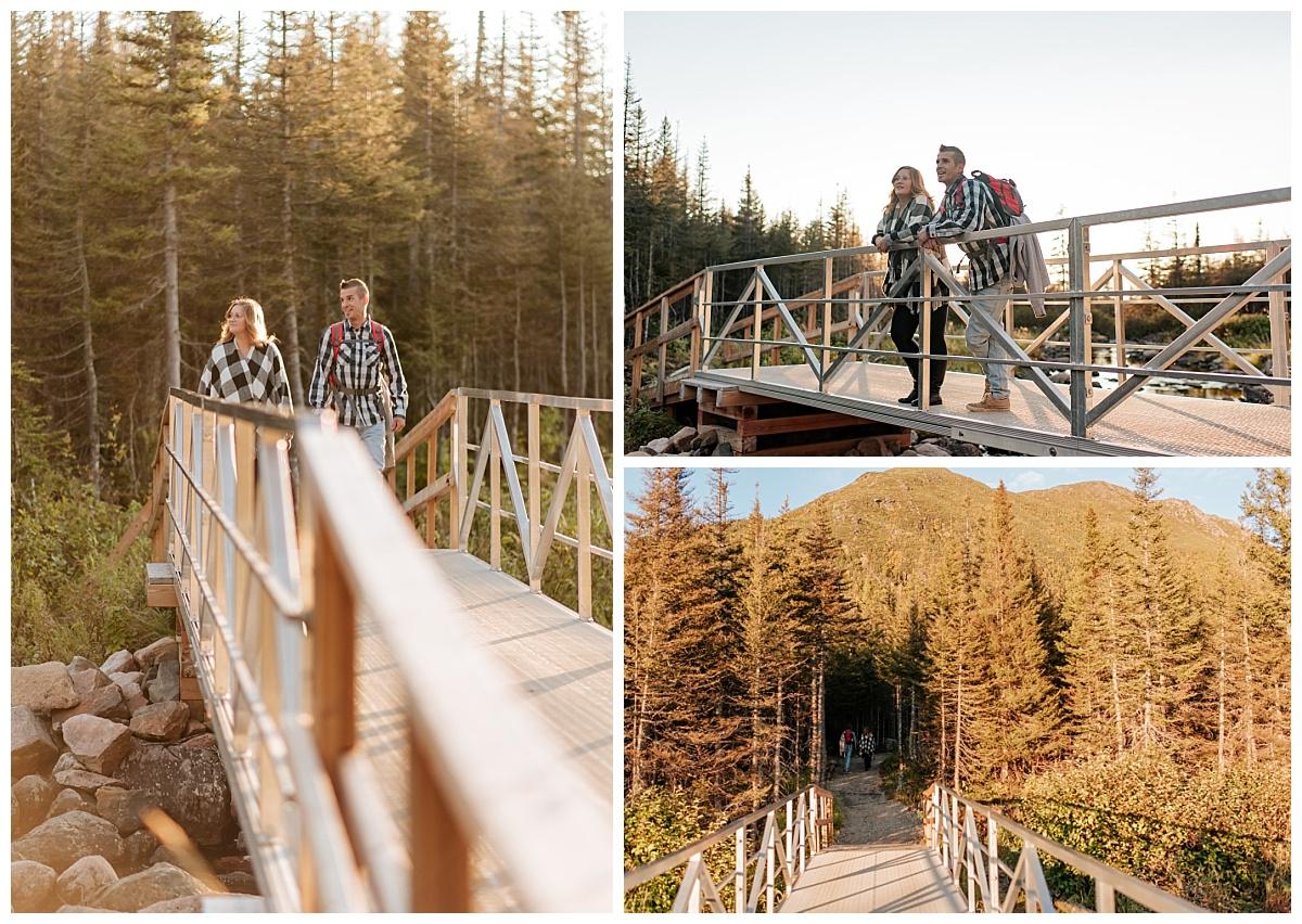 Couple en pleine randonnée vers leur lieu d'elopement en Gaspésie s'arrêtent sur le pond pour admirer les montagnes.
