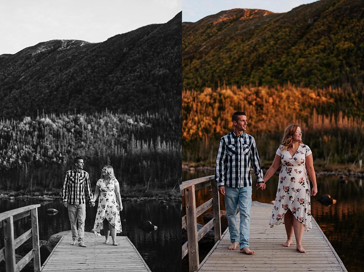 Le couple de mariés se collent pour se tenir au chaud après en regardant les montagnes du parc national de la Gaspésie.