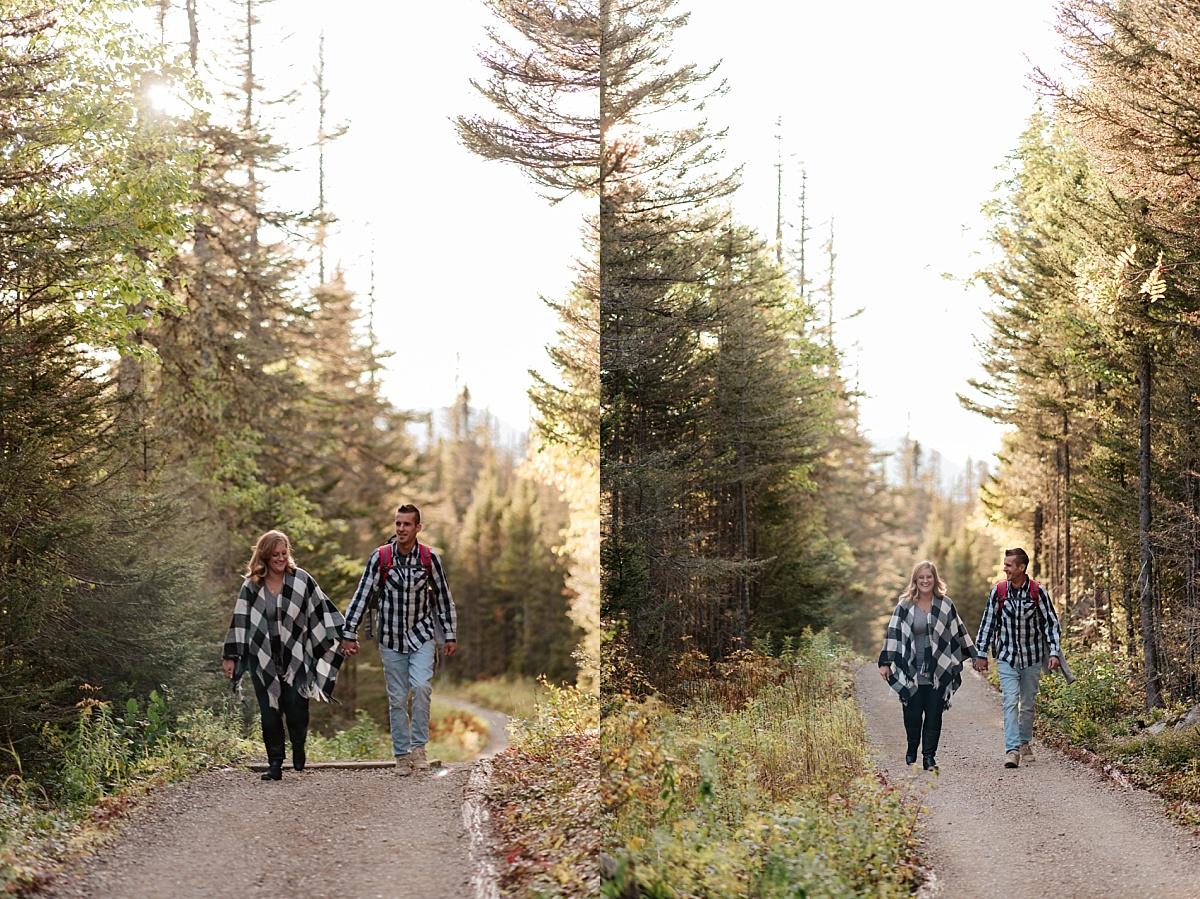 Couple marchent main dans la main vers leur elopement en Gaspésie.