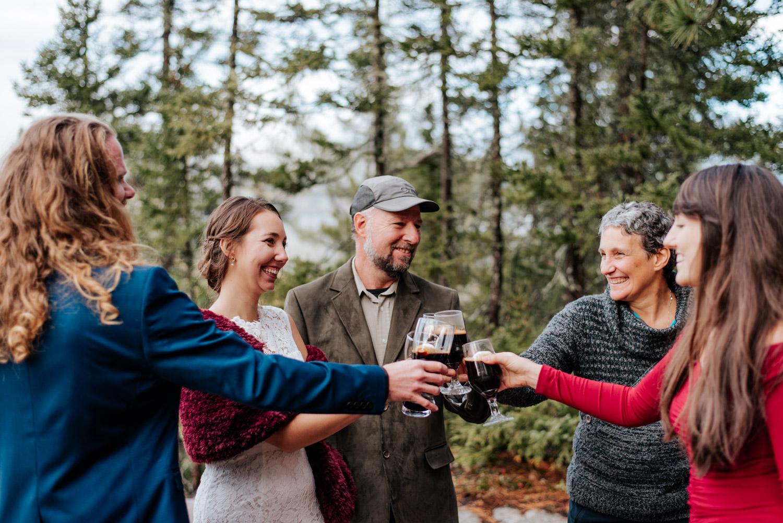 Les mariés célèbrent leur elopement avec leurs quelques invités au sommet des montagnes après leur elopement à Charlevoix au Québec.